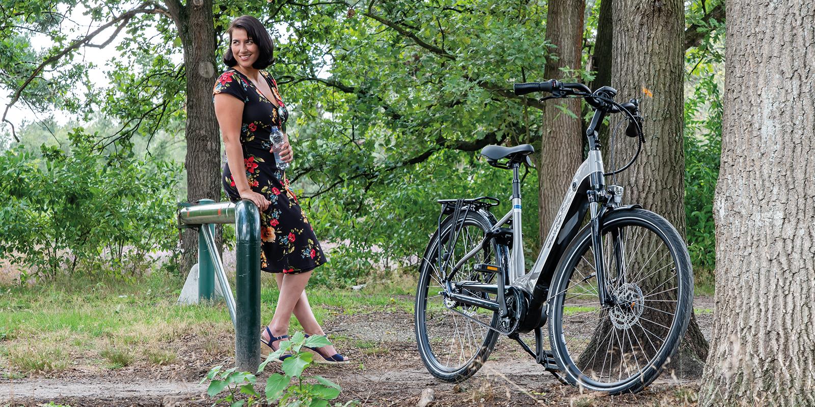 Mevrouw met E-bike in het bos.