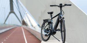 Elektrische fiets op rijbaan.