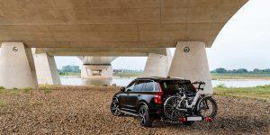 Volvo XC90 met tweetal e-bikes achterop