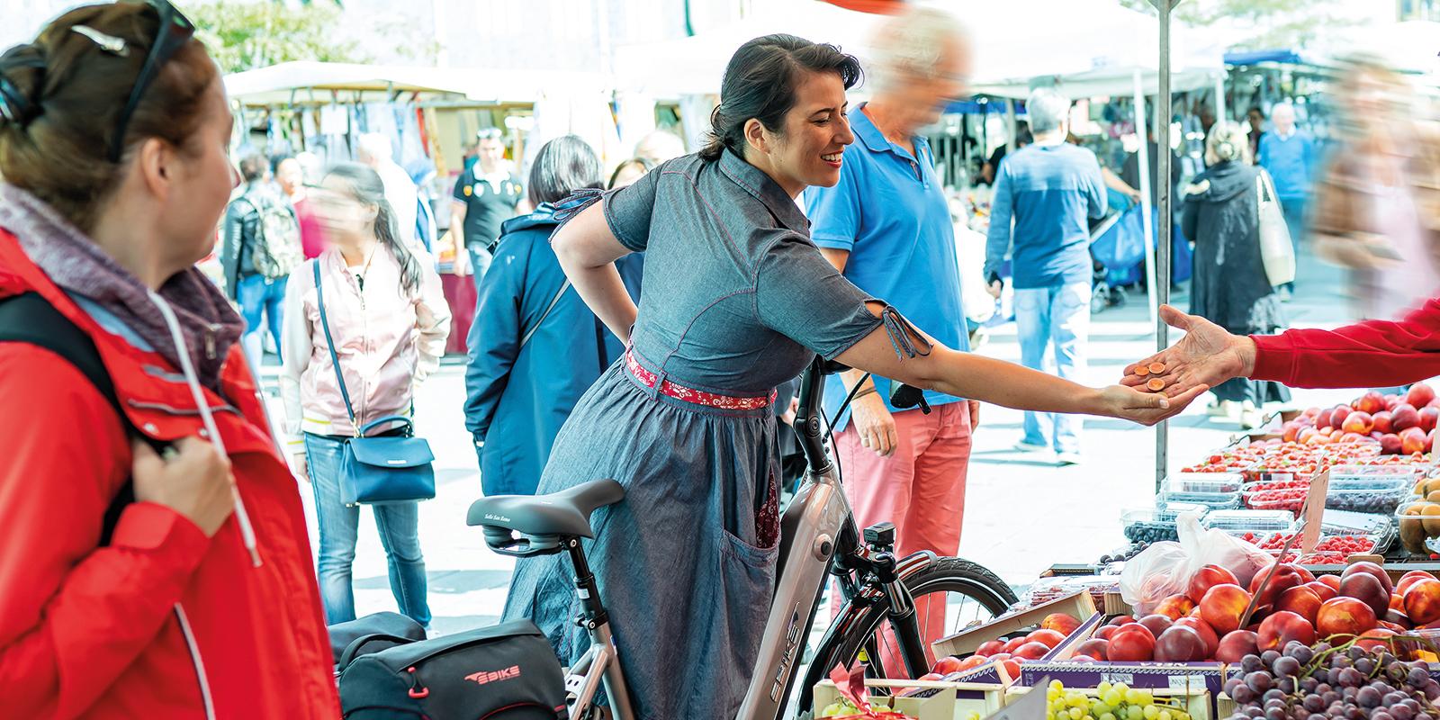 Mevrouw is op de markt met haar E-bike