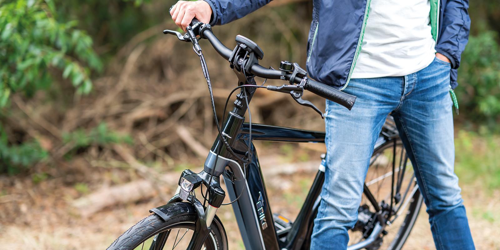 Close up foto van stuur en voorzijde van de E-bike
