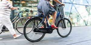Dame op Ebike, door de stad aan het fietsen